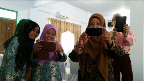 indonesian-women-using-their-phones.png