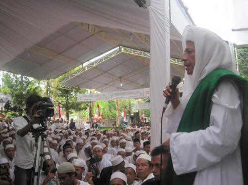 habib-luthfi-addressing-his-followers-during-his-monthly-gathering.png